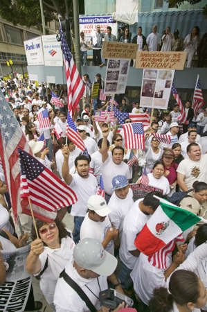 Hundreds of thousands of immigrants participate in march for Immigrants and Mexicans protesting against Illegal Immigration reform by U.S. Congress, Los Angeles, CA, May 1, 2006 Redactioneel