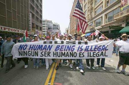 bandera de mexico: Cientos de miles de inmigrantes que participen en marcha por inmigrantes y mexicanos protestan contra la reforma de la inmigración ilegal por el Congreso de EE.UU., Los Angeles, CA, 01 de mayo 2006 Editorial