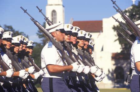 若い士官候補生行進、シタデルの軍の大学、チャールストン、サウスカロライナ