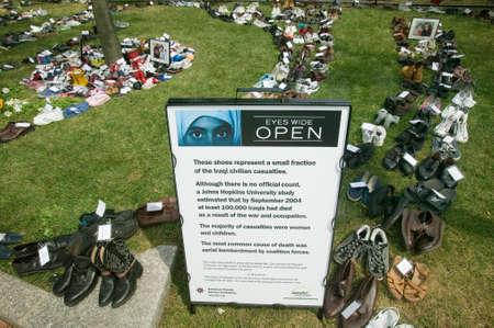 """occhi sbarrati: """"Eyes Wide Open"""" mostra presso l'Independence Hall, Philadelphia, Pennsylvania, simbolo fino a 100.000 morti cittadini iracheni uccisi in guerra in Iraq degli Stati Uniti"""