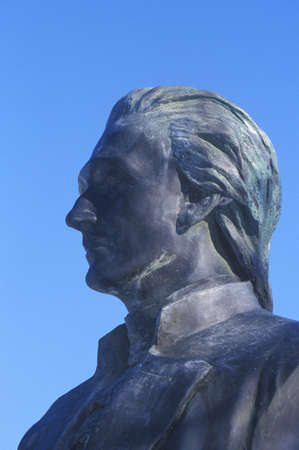 alexander hamilton: Statua di Alexander Hamilton domina le Great Falls a Paterson, New Jersey Editoriali