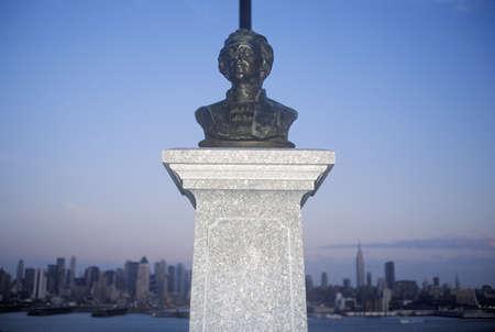 alexander hamilton: Busto di Alexander Hamilton nel New Jersey con la citt� di New York skyline in background Editoriali