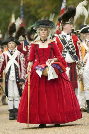 disdain: Dama brit�nica en relojes vestido rojo con desd�n la rendici�n brit�nica a general George Washington en el 225o aniversario de la victoria en Yorktown, una recreaci�n del sitio de Yorktown, donde el General George Washington orden� a 17.600 soldados estadounidenses