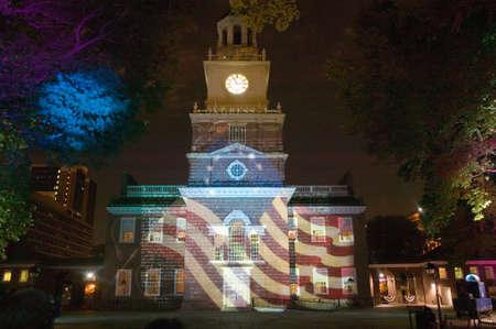 Las proyecciones de Betsy Ross bandera y Constitución de los EE.UU. en el exterior del Independence Hall, Filadelfia, Pensilvania Foto de archivo - 20713568