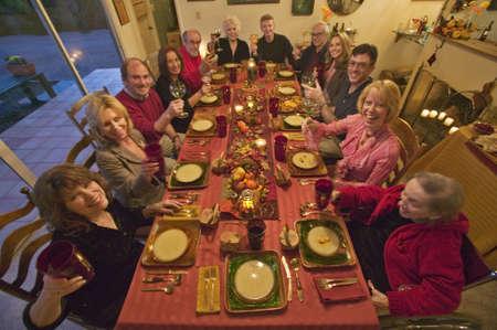 familia cenando: Los hu�spedes en una elegante cena de Acci�n de Gracias Editorial