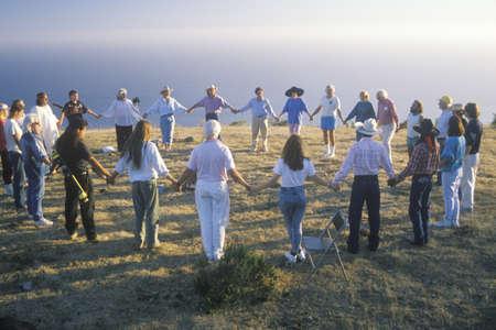 new age: Una ceremonia de la puesta del sol para una nueva reuni�n tierra de la edad en Big Sur de California Editorial