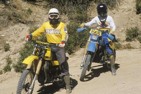 land use: Due piloti dirt bike sulle loro moto off-road
