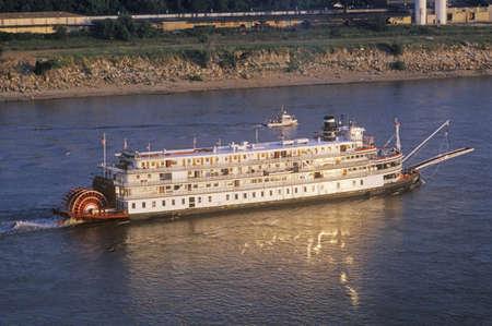 El Delta Queen, una reliquia de la era del vapor del siglo 19, todavía rueda por el río Mississippi Foto de archivo - 20713717