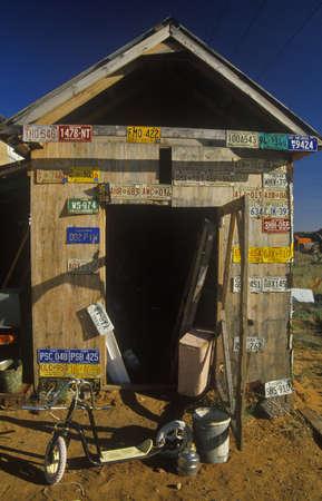 Oude loods met nummerplaten uit vele staten, Route 66, AZ Redactioneel