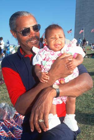 ワシントン国立記念碑、ワシントン DC で彼の孫娘を保持しているアフリカ系アメリカ人の男 報道画像