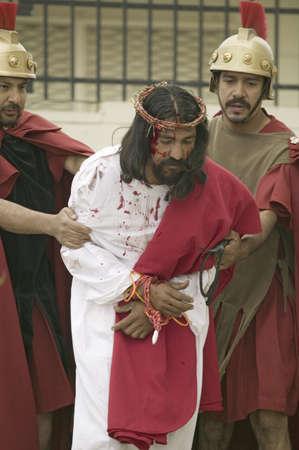 Een acteur die Jezus Christus voor de rechtbank worden gebracht op Goede Vrijdag, Pasen, tijdens de Passie spelen, een dramatische re-enactment van het proces, marteling en dood van Jezus Christus aan Christus Koning Kerk en Onze Lieve Vrouw van Guadalupe Parish, Oxnard, Californië,