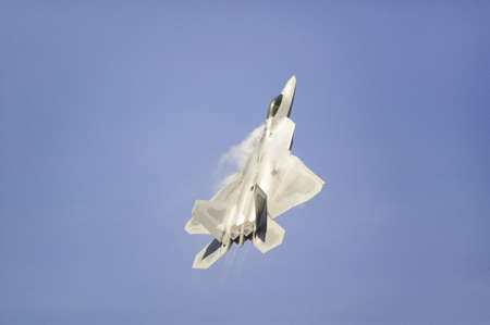 US Air Force F-22A Raptor Jet Fighter making extreme turn at the 42nd Naval Base Ventura County (NBVC) Air Show at Point Mugu, Ventura County, Southern California. 報道画像