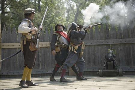 reenactor: Ingl�s reenactor soldados disparando armas a James Fort, Jamestown Settlement, en el 400 � aniversario de Jamestown, Virginia, 04 de mayo 2007