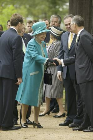 Phil Emerson (left) and Her Majesty Queen Elizabeth II shaking hand of Senator Tommy Norment during her official visit James Fort, Jamestown Settlement, Virginia on May 4, 2007, the 400th Anniversary of English establishment of 1607 Jamestown Colony, Virg Sajtókép