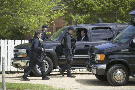 secret service: Secret Service agents and black government SUVs in Williamsburg Virginia on May 4, 2007 in anticipation of the arrival of Her Majesty Queen Elizabeth II and Vice President Dick Cheney