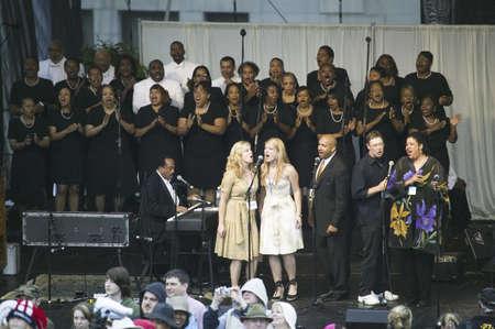 Gospel Choir effectuer au Capitol Square en face de Virginia State Capitol à Richmond en Virginie, dans le cadre des cérémonies d'accueil pour Sa Majesté la reine Elizabeth II et le 400e anniversaire de la colonie de Jamestown, en Virginie, le 3 mai 2007 Banque d'images - 20802990