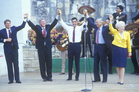 Governor Bill Clinton joins hands at Arneson River during the Clinton/Gore 1992 Buscapade campaign tour in San Antonio, Texas Redactioneel