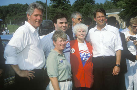 Governor Bill Clinton and Senator Al Gore pose for a picture during the Clinton/Gore 1992 Buscapade Great Lakes campaign tour Redactioneel
