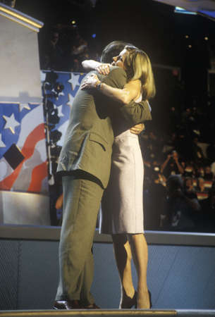 Former Vice President Al Gore embraces daughter Karenna Gore Schiff at the 2000 Democratic Convention at the Staples Center, Los Angeles, CA  Redactioneel