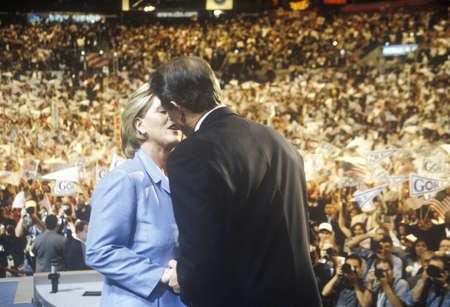 sangre derramada: El ex vicepresidente Al Gore ofrece discurso de aceptaci�n en la Convenci�n Dem�crata de 2000 en el Staples Center, Los Angeles, CA