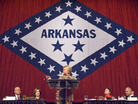 president???s: Sen. Hillary Clinton (D-NY), moglie dell'ex ex presidente americano Bill Clinton, parla a una Little Rock, AK pranzo in onore della First Lady dello Stato di fronte alla bandiera dello stato 17 Novembre 2004 a Little Rock, AK Editoriali
