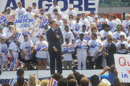 sangre derramada: El senador Al Gore en el 1992 Buscapade gira de campa�a de Clinton  Gore en Toledo, Ohio Editorial