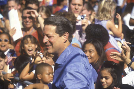 Vice President Al Gore campaigns for the Democratic presidential nomination at Lakewood Park in Sunnyvale, California Redactioneel