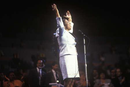 Aretha Franklin은 매디슨 스퀘어 가든에서 열린 1992 년 민주당 전당 대회에서 노래를 부른다.