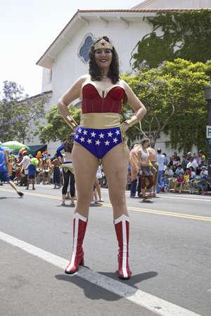 1974 년 산타 바바라, 캘리포니아 이후, 매년 여름 최고점 축제와 퍼레이드 2007년 6월에서 여자 모방 원더