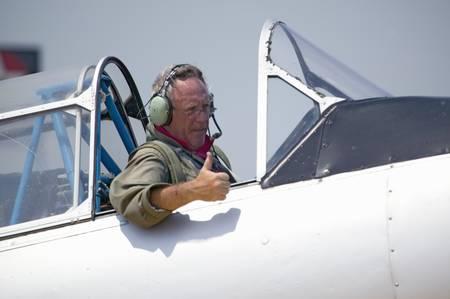avion de chasse: Pilot donnant thumbs-up dans son SNJ-4 SNJ-6 plan nord-am�ricain de combattant de la Seconde Guerre mondiale, Mid-Atlantic Air Museum Monde Week-end Seconde Guerre mondiale et Reconstitution � Reading, Pennsylvanie eu lieu le 18 Juin 2008