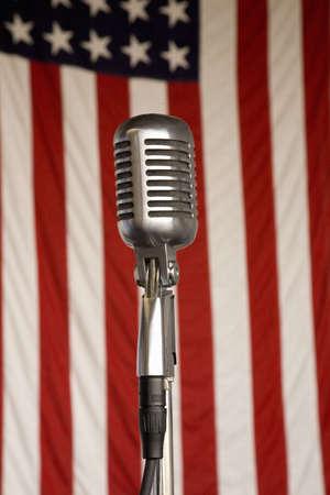 microfono de radio: 1940 micr�fono de radio de �poca y 48 estrellas de la bandera americana en el fin de semana Aire Museo de la Segunda Guerra Mundial del Atl�ntico Medio y Recreaci�n en Reading, PA celebr� 18 de junio 2008