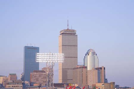 역사적인 펜 웨이 파크, 보스턴 레드 삭스, 보스턴, 오하이오, 미국, 2010 년 5 월 20 일, 레드 삭스 대 미네소타 트윈, 출석, 38,144의보기와 보스턴 지평선,  에디토리얼