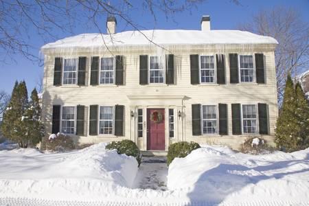 cycles: La maison de la Nouvelle Angleterre avec des cycles de neige et de glace frais, MA., Etats-Unis �ditoriale