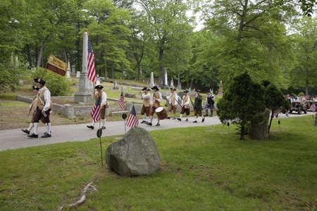 Concord Minutemen Revolutionary reenactors march through cemetery to honor veterans on Memorial Day, 2011, Concord MA Publikacyjne