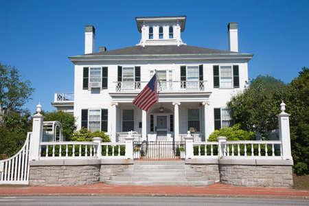 augusta: Augusta, Maine - 10 de junio de 2012 - la mansi�n del Gobernador, con una bandera de EE.UU. en el balc�n