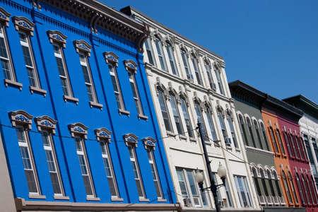 augusta: Fachadas de tiendas de colores brillantes en Augusta, Maine