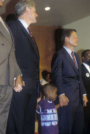 Governor Bill Clinton and Senator Al Gore attend service at the Olivet Baptist Church in Cleveland, Ohio during the Clinton/Gore 1992 Buscapade Great Lakes campaign tour Redactioneel