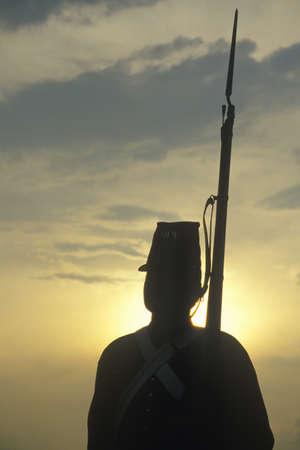 Silhouet van soldaat bij zonsondergang met pistool tijdens re-enactment van de Slag van Manassas markeren het begin van de Burgeroorlog Stockfoto - 20765392