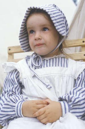 vestidos de epoca: Chica joven como participante con trajes de �poca durante la recreaci�n de la batalla de Manassas, Virginia