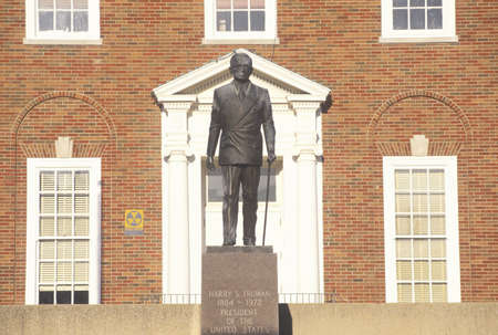 mimo: Estatua de Harry S. Truman en la entrada de la Independencia, MO Courthouse
