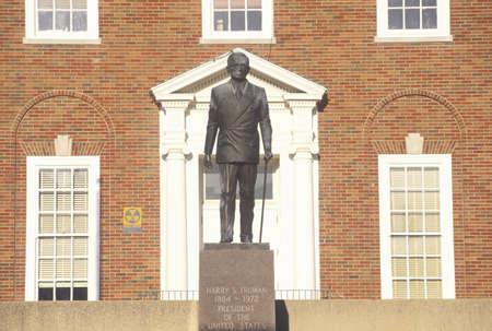 president???s: Statua di Harry S. Truman all'ingresso del Palazzo di Giustizia Independence, MO Editoriali