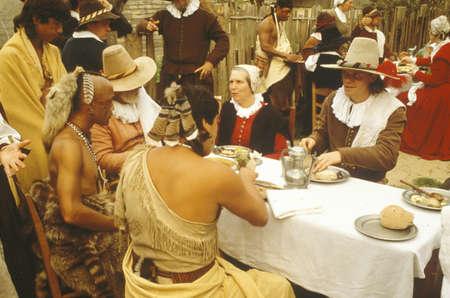Levende geschiedenis re-enactment van Pelgrims en Indianen dineren op Plymouth Plantation, Plymouth, MA