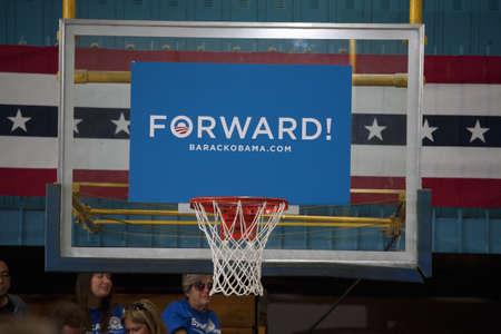 大統領バラク・オバマのためのサポートを示すプロ民主党の看板でバスケット ボール フープ