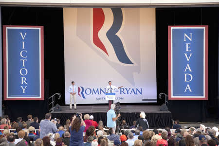 2012 공화당 대통령 후보, 네바다 주 헨더슨에서 열린 대통령 캠페인 랠리에서 연설중인 미트 롬니 (Mitt Romney) 지사