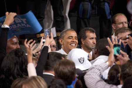 2012 민주당 대통령 후보, 버락 오바마 상원 의원, 대통령 캠페인 랠리에서 사람들과 나란히 에디토리얼