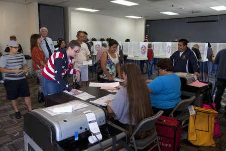Las personas en el centro de votación en el Condado de Ventura, California durante la elección presidencial de 2012 Foto de archivo - 23059101