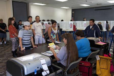 2012 년 대통령 선거 중 벤츄라 카운티, 캘리포니아에있는 투표 센터에있는 사람들