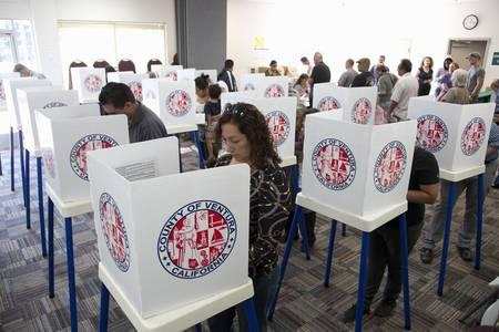 Las personas en el centro de votación en el Condado de Ventura, California durante la elección presidencial de 2012 Foto de archivo - 23059106