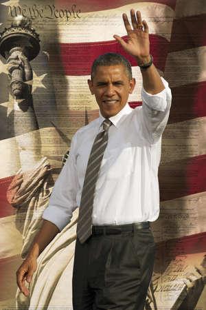 El presidente Barack Obama saludando sobre un fondo de la bandera de los Estados Unidos de América, la Estatua de la Libertad y la Constitución de los Estados Unidos Foto de archivo - 23059111