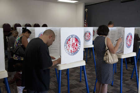 2012 년 대통령 선거 기간 동안 벤츄라 카운티, 캘리포니아에서 투표의 중심에있는 사람들